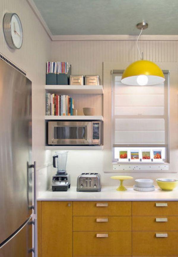 Желтые акценты на белой кухне