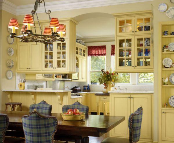 Светло-желтая кухня с белыми акцентами