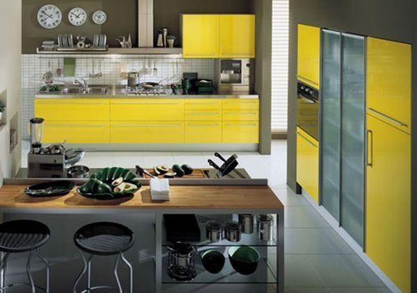 Светлая кухня с желтыми акцентами