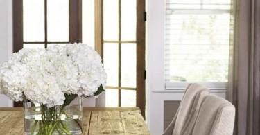 Красивый деревянный стол в интерьере обеденной зоны