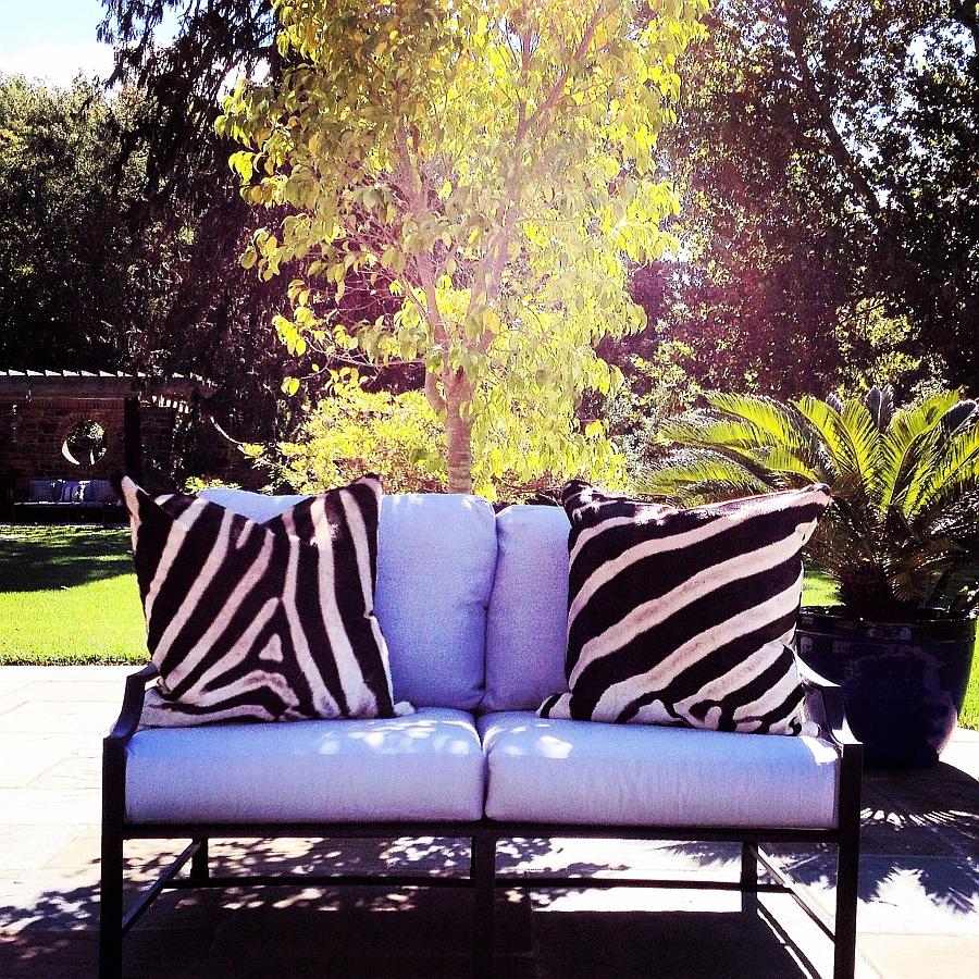 Подушки с орнаментом зебры на террассе