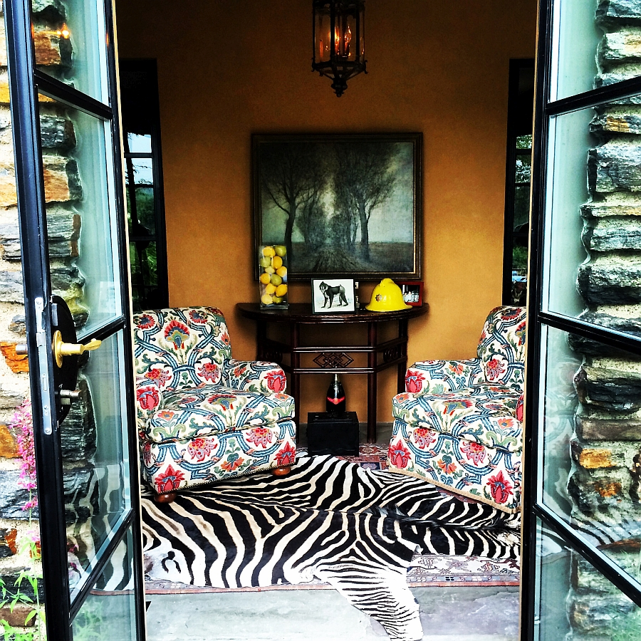 Ковер с орнаментом зебры в гостиной
