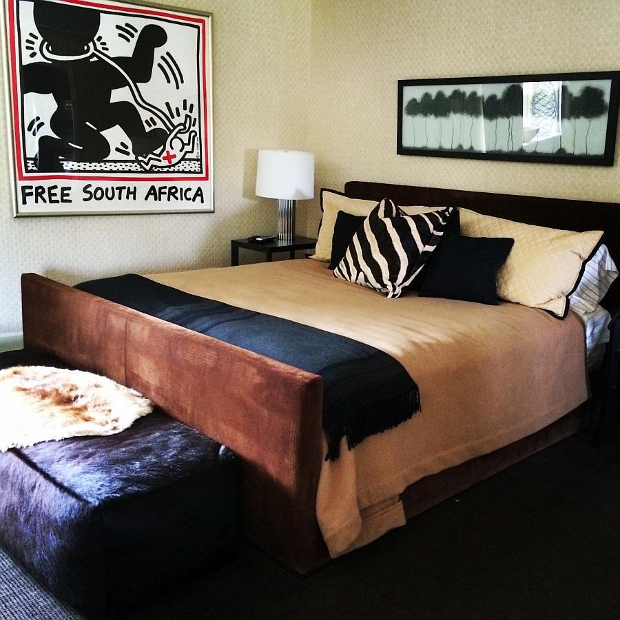 Подушка с орнаментом зебры в спальне