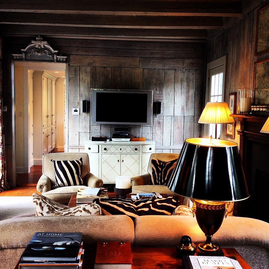 Подушки с орнаментом зебры в гостиной