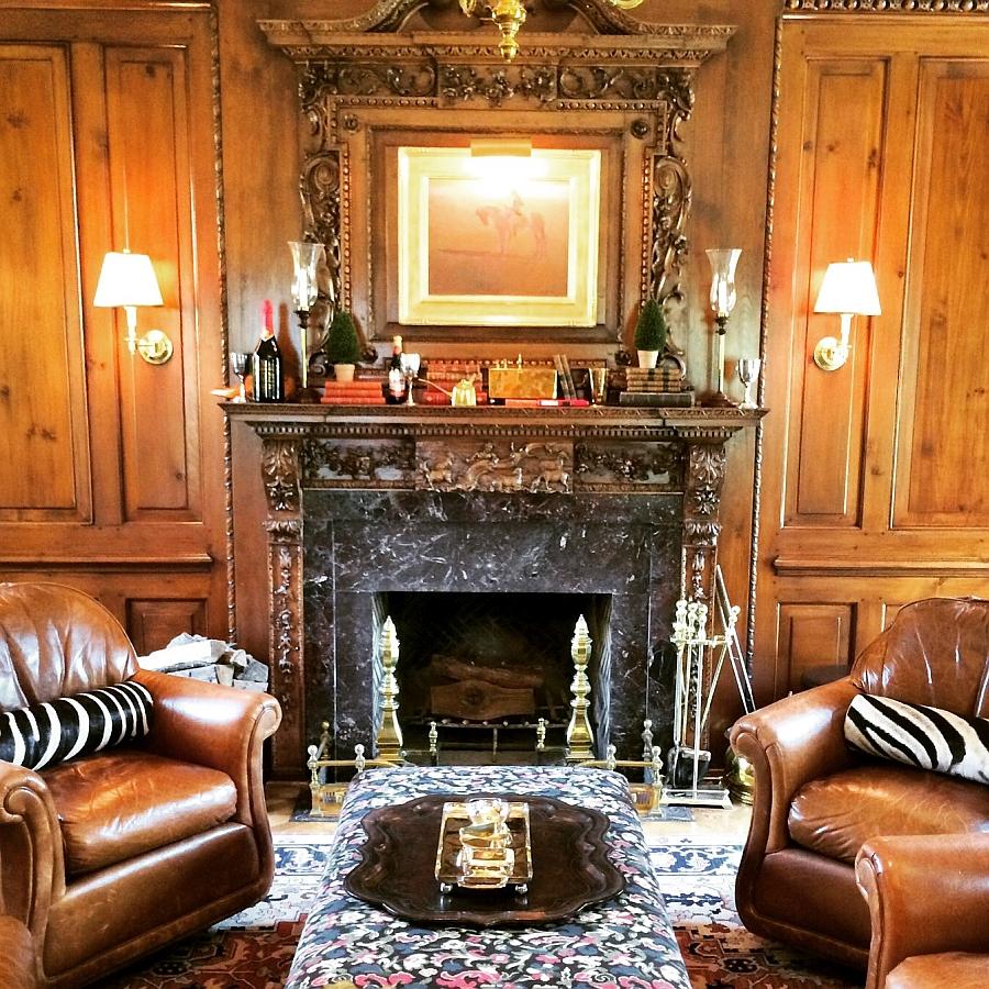 Подушки с орнаментом зебры на креслах