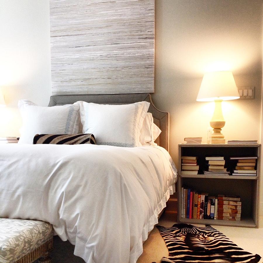 Подушка и ковер с орнаментом зебры в спальне