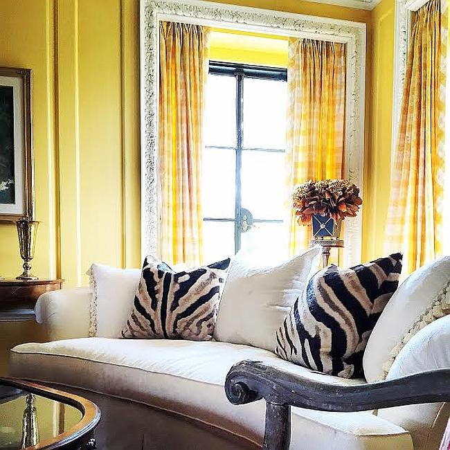 Подушки с орнаментом зебры на диване