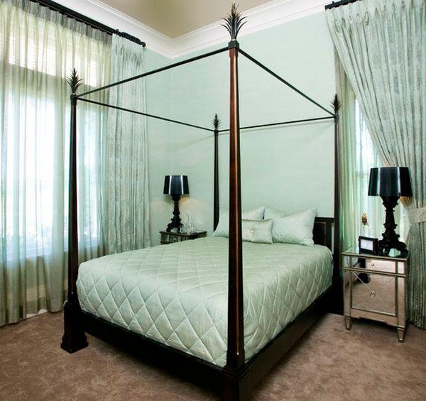 Чудесная зеркальная прикроватная тумба от Пег Беренс в интерьере спальной комнаты
