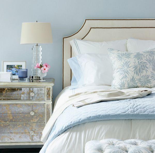 Восхитительная зеркальная прикроватная тумба от Muse Interiors в интерьере спальной комнаты