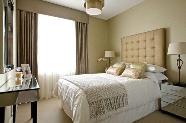 Дивнаязеркальная прикроватная тумба в интерьере спальной комнаты