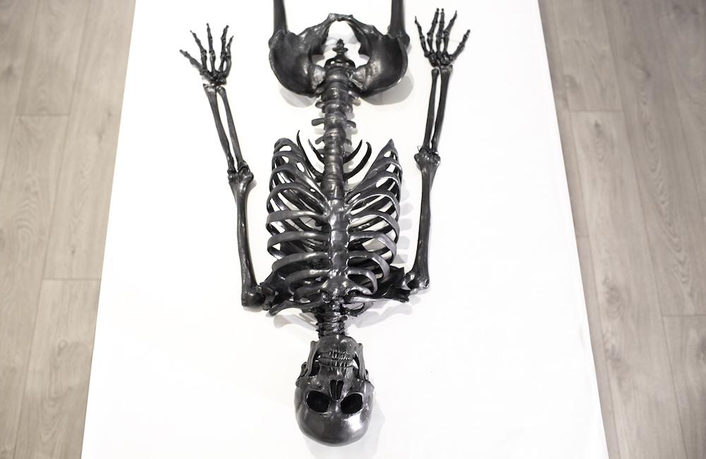 Человеческий скелет из графита от Агелио Батла