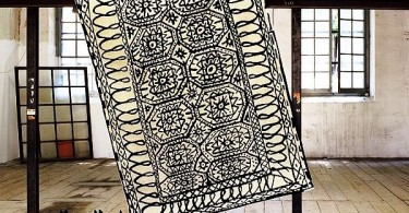 Красивый ковер с черно-белыми узорами