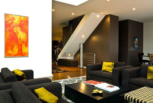 Желтые подушки на черных кресла в интерьере