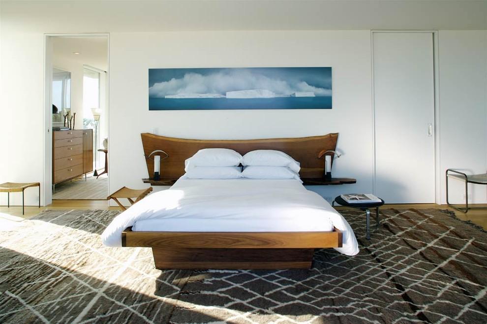 Деревянная кровать в спальне