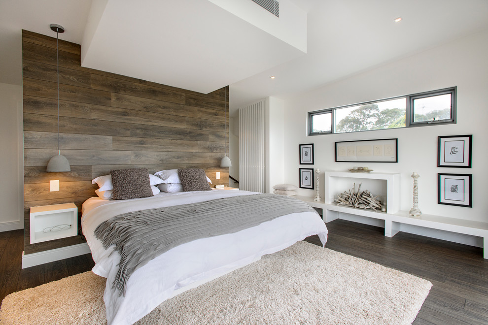 Деревянная панель над изголовьем кровати