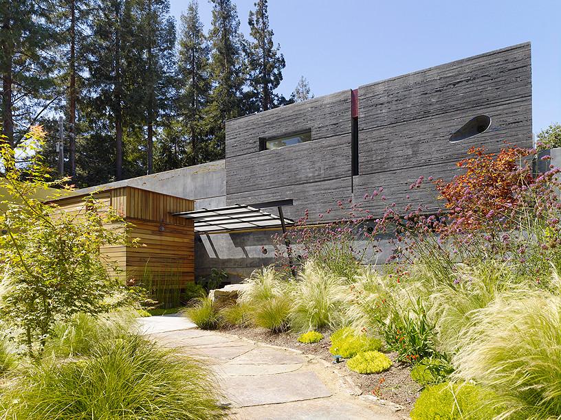 Фасад дома из бетона и дерева