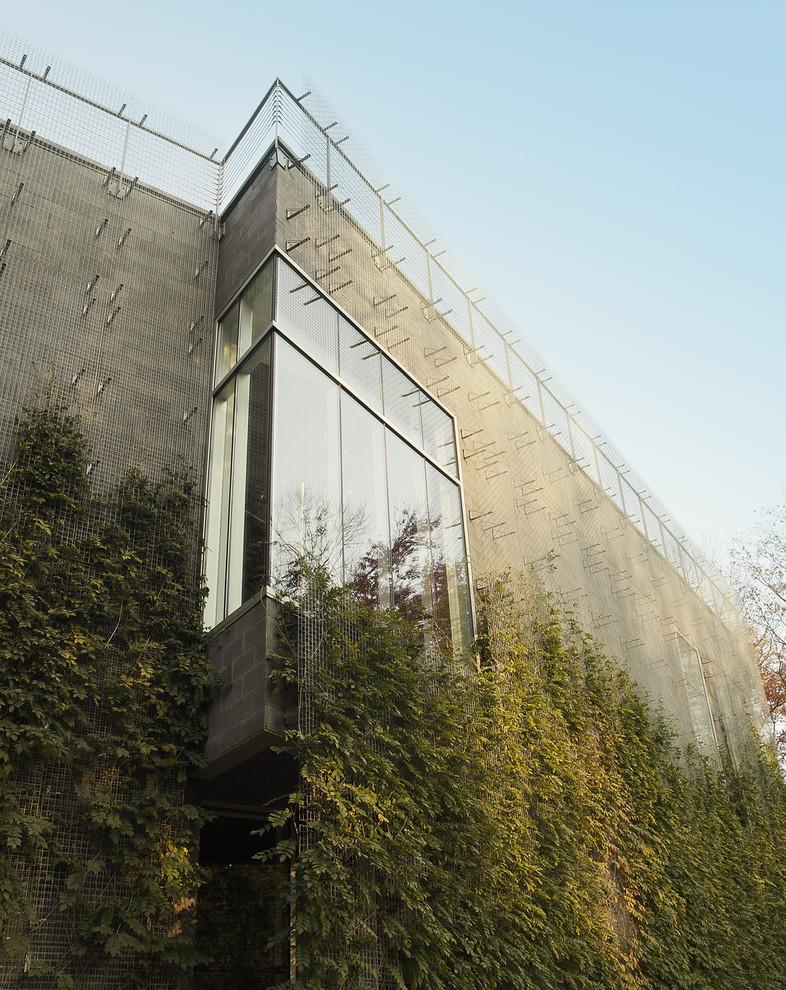 Угловое окно на бетонном фасаде