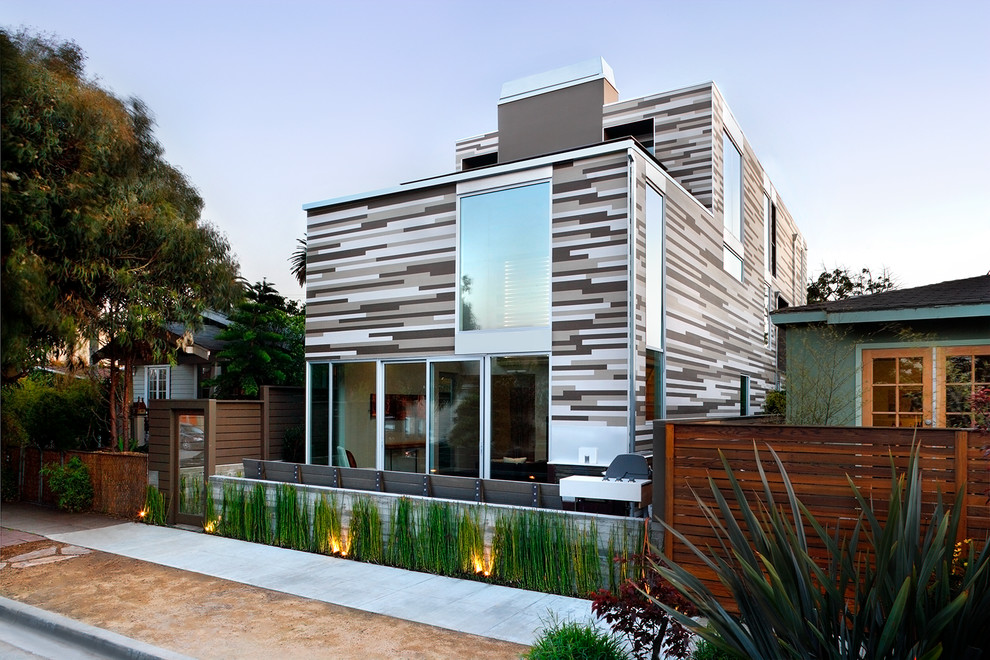 Полосатое оформление фасада дома