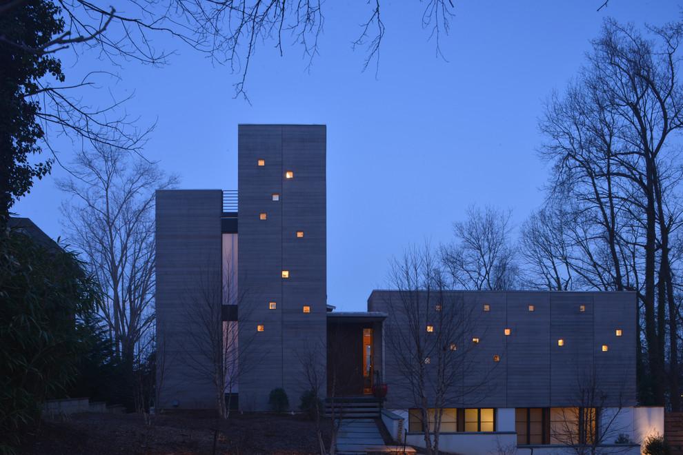 Фасад дома из бетона с маленькими окнами