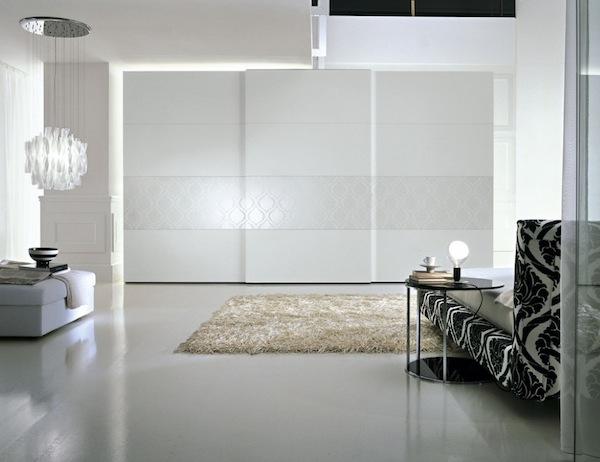 Белый встроенный шкаф в интерьере