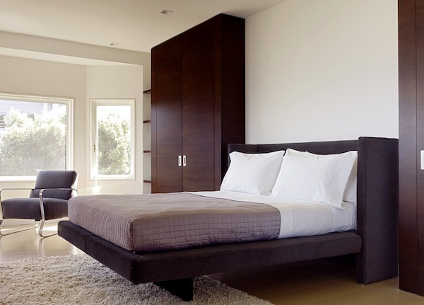 Деревянный шкаф в интерьере спальни
