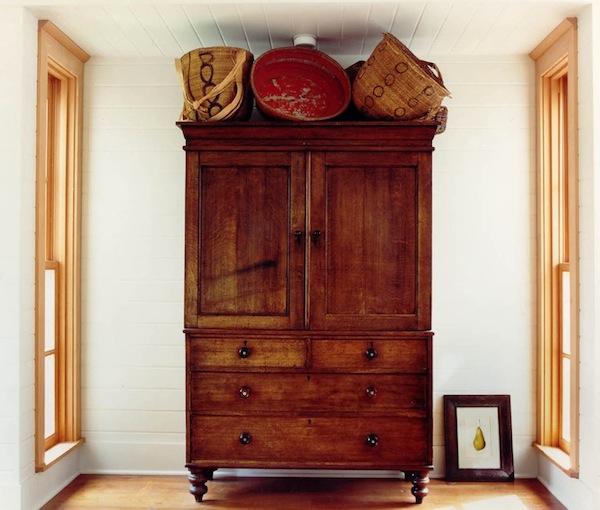 Старинный шкаф в интерьере прихожей