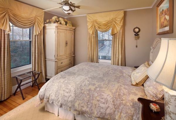 Белый старинный шкаф в интерьере спальни