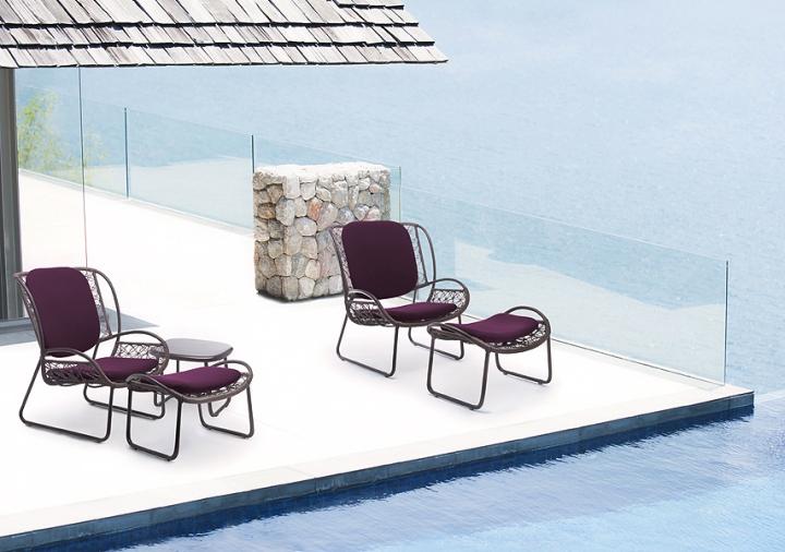 Красивые стулья у бассейна