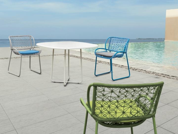 Очаровательные кресла и стол га террасе