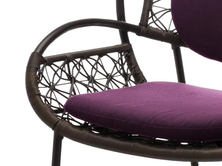 Мягкое сиденье у дизайнерского кресла