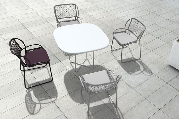 Современные стол и стулья