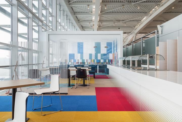 Интерьер зала ожидания аэропорта Henri Coanda в Бухаресте