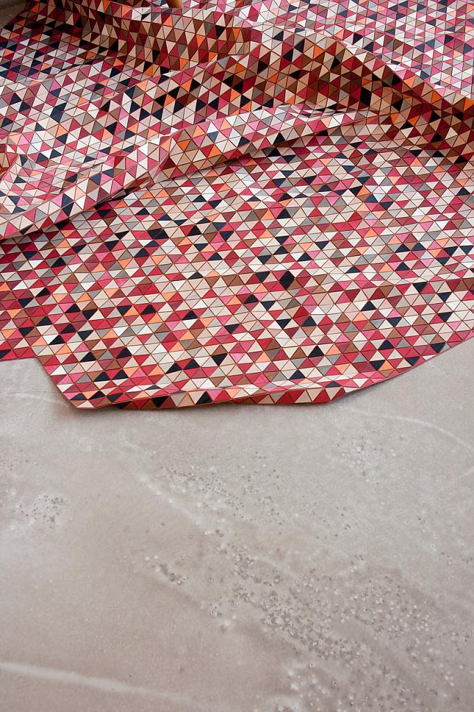 Ковёр из ярких деревянных треугольников