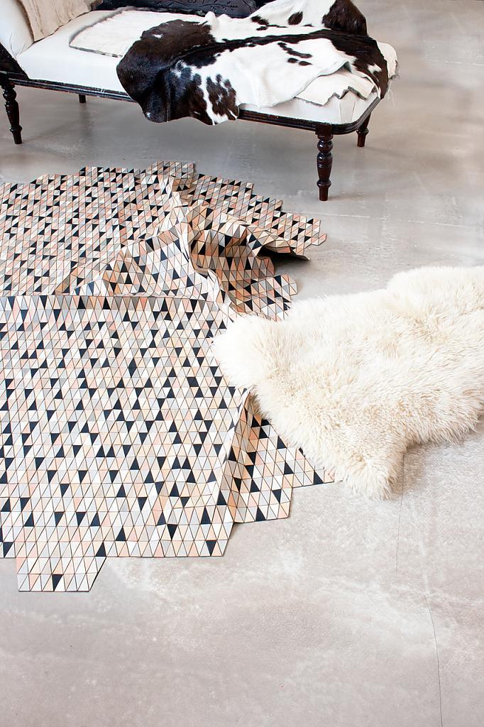 Треугольники на ярком ковре в гостиной