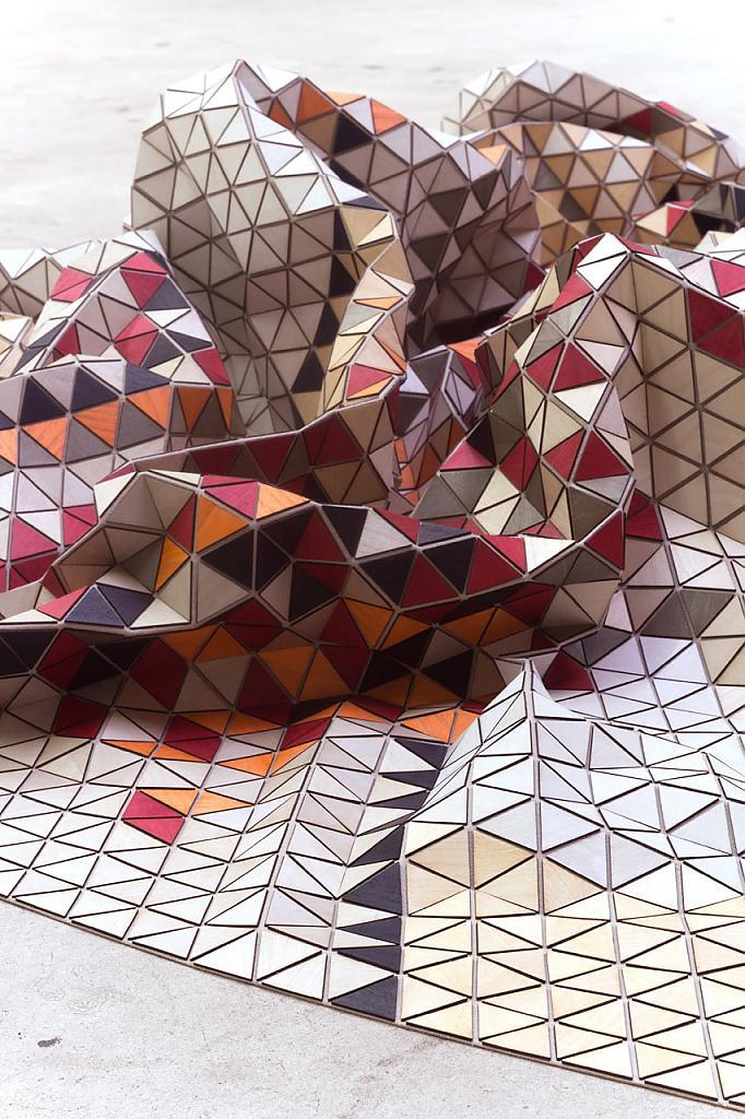 Мятый ковёр из деревянных треугольников