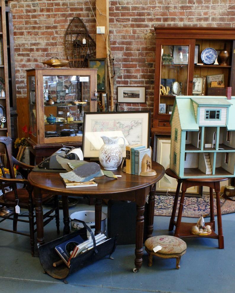 Антикварная мебель в интерьере магазина