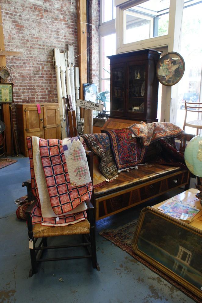 Чудесная антикварная мебель в магазине