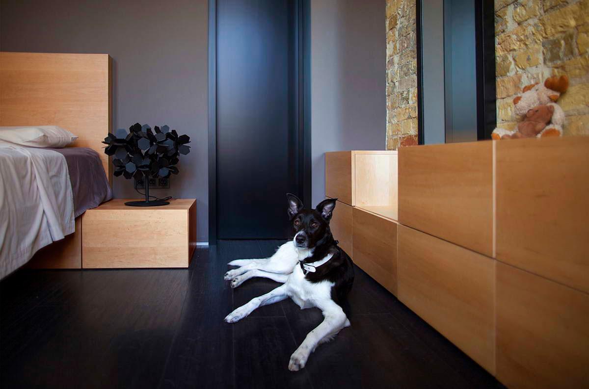 Очаровательный песочный и черный цвет в интерьере маленькой квартиры