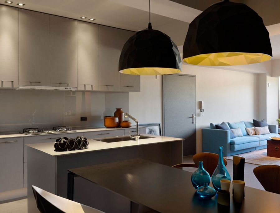 Геометрические двухцветные подвесные светильники в интерьере кухни