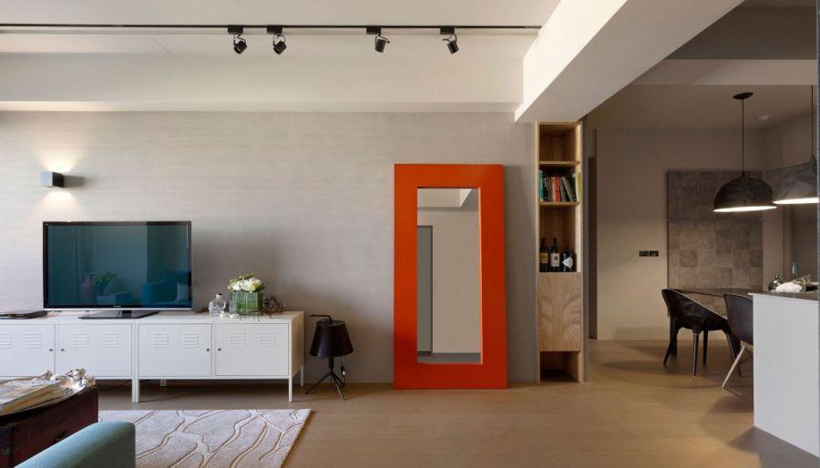 Большое зеркало в ярко-оранжевой раме