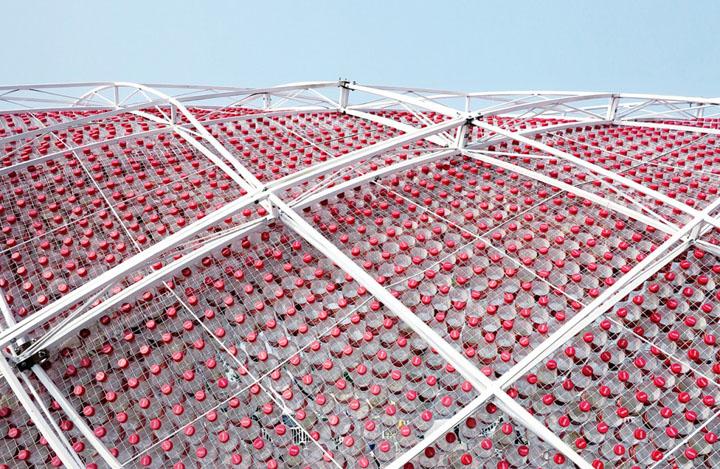 Восхитительная установка из пластмассовых бутылок Coca-Cola от Penda