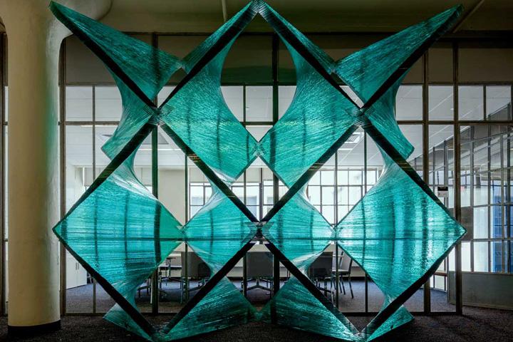 Стеклянная архитектурно-строительная установка нежного цвета