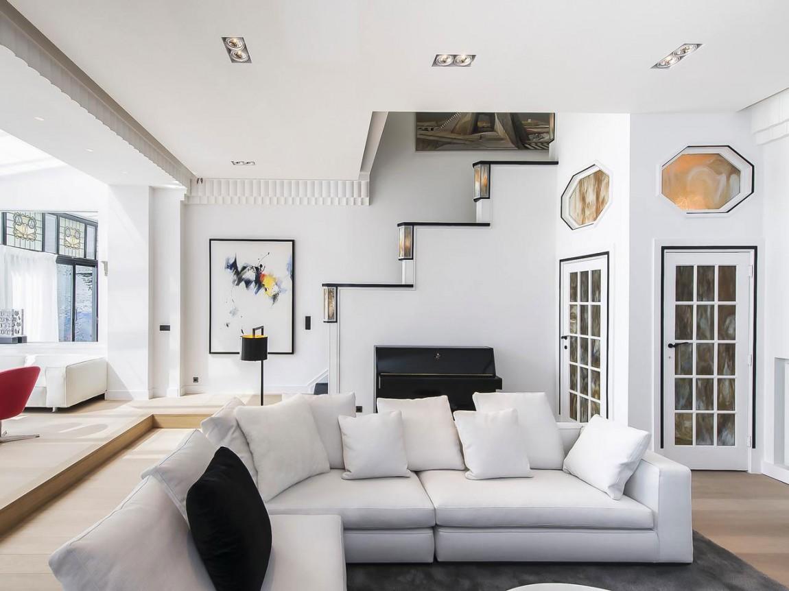 Белые стены в гостиной апартаментов в стиле ар-деко