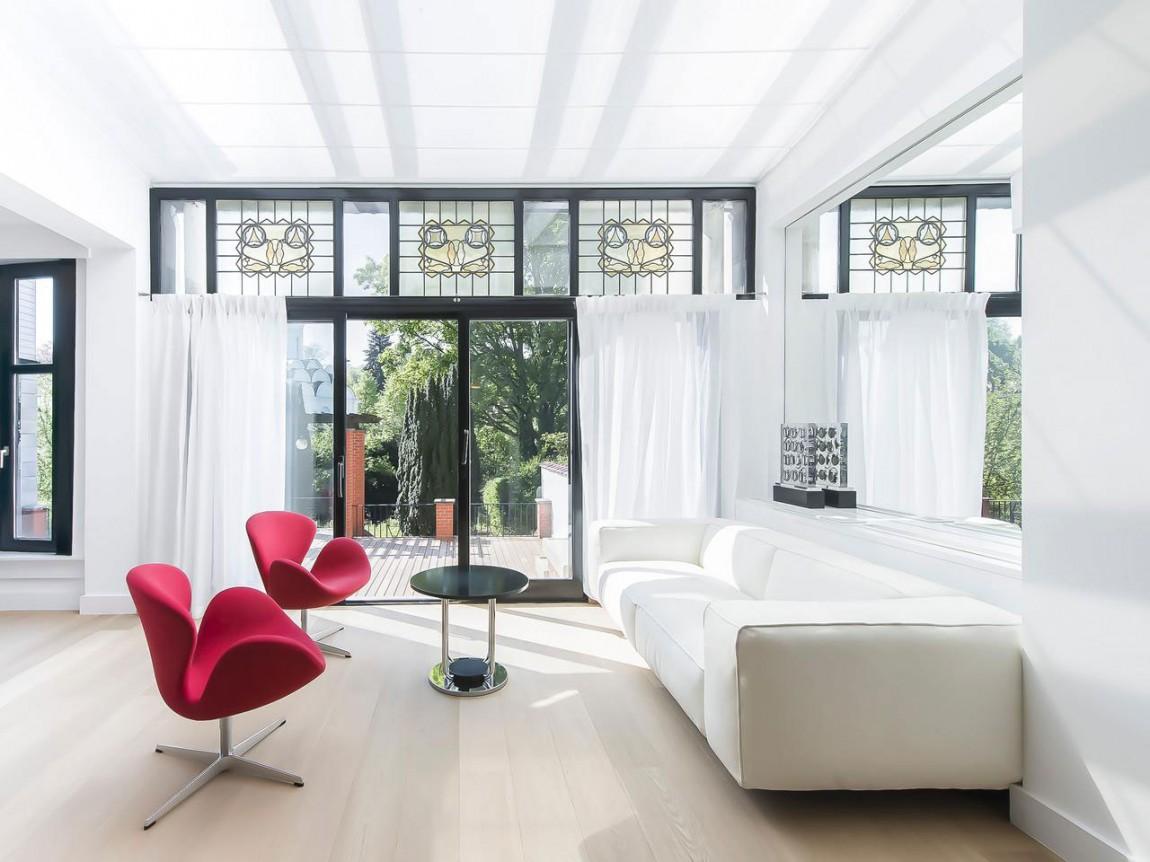 Розовые кресла в гостиной апартаментов в стиле ар-деко
