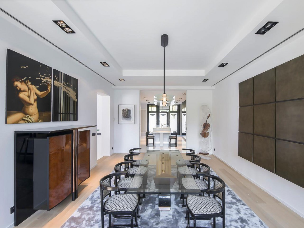 Стеклянный стол в интерьере апартаментов в стиле ар-деко