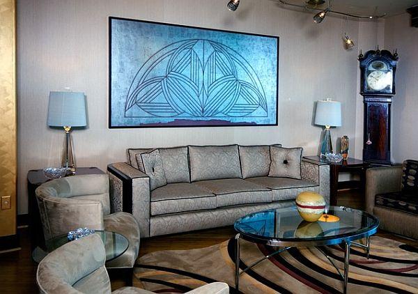 Арт-деко гостиная с серебряным диваном и синей росписью