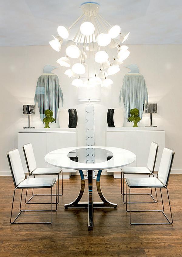 Современная арт-деко столовая с круглым столом и белыми стульями - Майами стиль