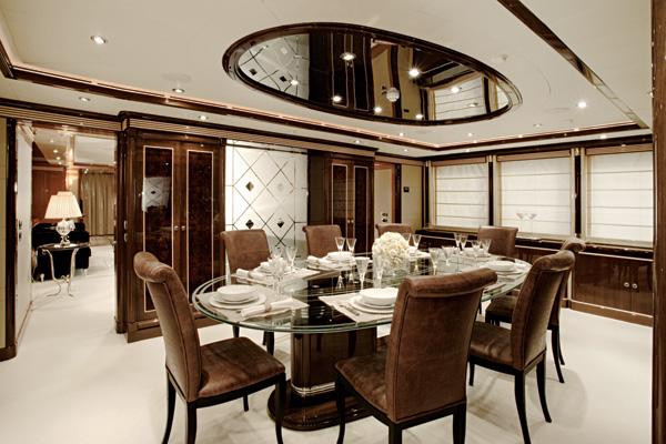 Темно-коричневая с белым столовая с элементами арт-деко искусства