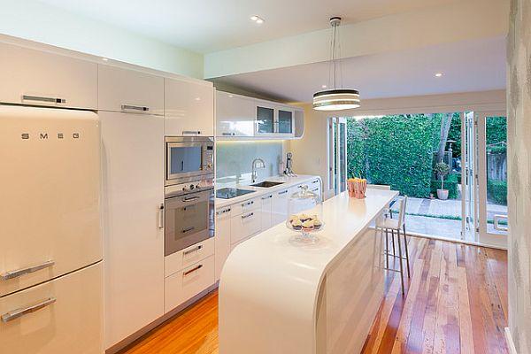 Современная кухня с элементами арт-деко в интерьере