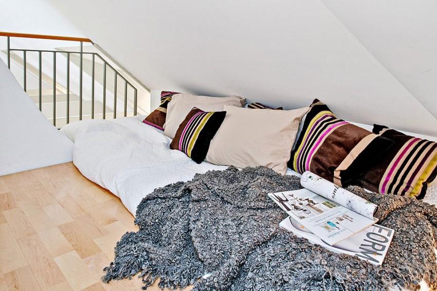 Зона отдыха с подушками на полу возле лестницы